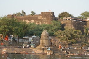 The majestic Ahilya Fort towers above the Narmada Ghats.